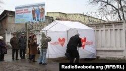Susţinătorii Iuliei Timoşenko sub zidurile coloniei penitenciar