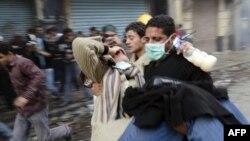 Судири меѓу владините сили и демонстрантите во Каиро.
