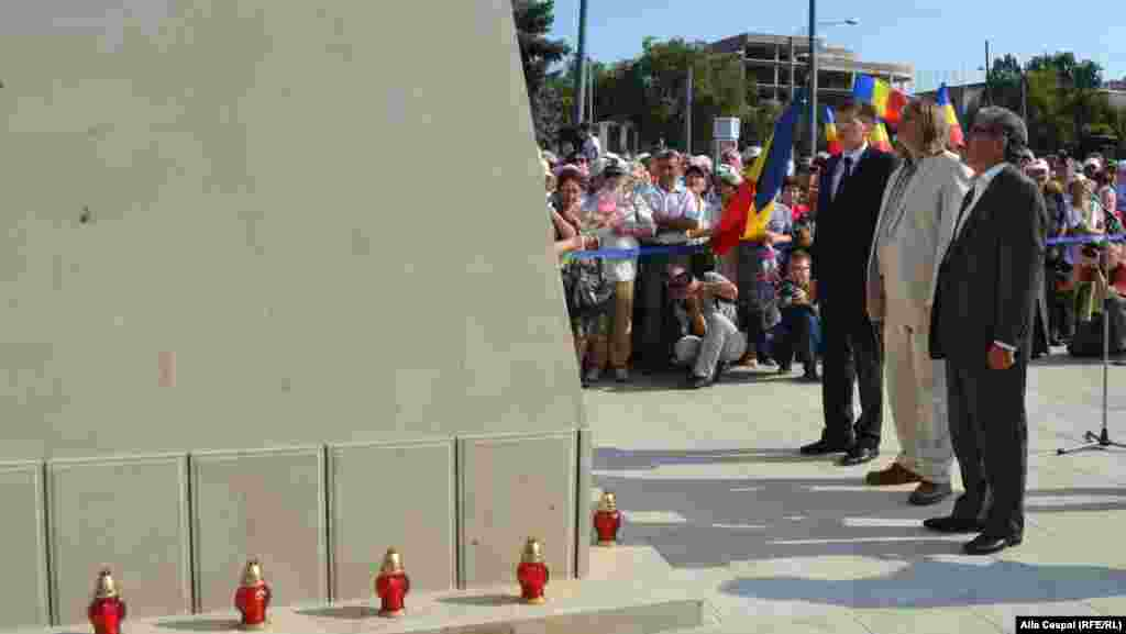 Chisinau Mayor Dorin Chirtoaca (left to right), sculptor Iurie Plato, and Liberal Party leader Mihai Ghimpu pay their respects.