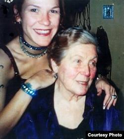 Сьвятлана Алілуева з дачкой Вольгай. Фота 1998 году з архіву Рэбэкі Сэдлер