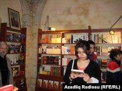 Foto: Arxiv. «10 ədəd kitabı 1 ilə satıb qurtara bilmirik»