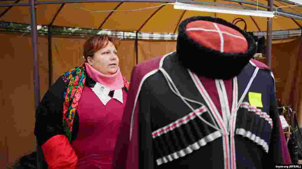 Казачью черкеску торговцы предлагали приобрести за 5 тысяч рублей(около 2,4 тысяч гривен)