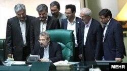 علی لاریجانی، رییس مجلس ایران، می گوید که شورای نگهبان با اضافه شروطی به شرایط نامزدها مخالف است.