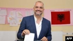 Liderul socialist votînd la un centru din Tirana.