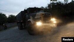 Военный грузовик по дороге в село Лапанкури. 29 августа 2012