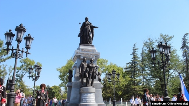 Памятник Екатерине II в Симферополе, август 2016 года