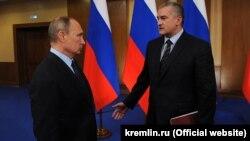 Президент Росії Володимир Путін (л) та глава анексованого Криму Сергій Аксенов (п)