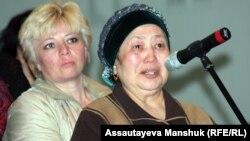 Еңбек және халықты әлеуметтік қорғау министрі Серік Әбденовпен кездесуге келген тұрғындар. Алматы, 26 сәуір 2013 жыл.