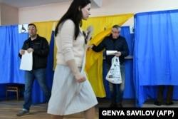Голосування на виборах президента України на одній з виборчих дільниць у Києві, 31 березня 2019 року