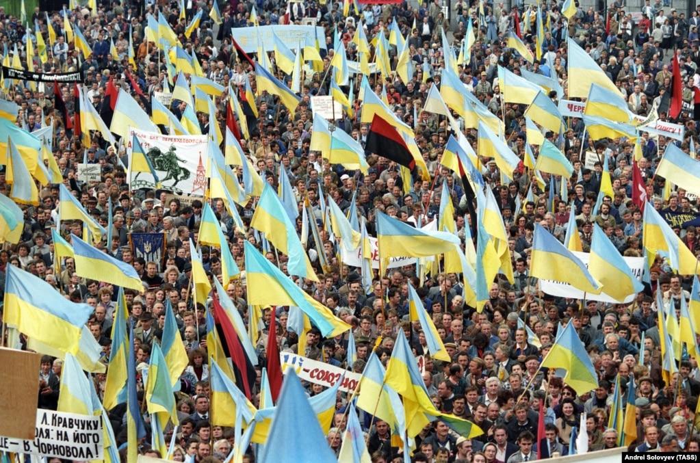 30 вересня 1990 року. Мітинг, на якому закликали до виходу України зі складу СРСР. Окрім синьо-жовтих прапорів, майорять і червоно-чорні
