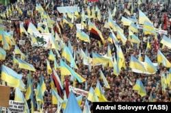 Київ, 30 вересня 1990 року. Мітинг Народного руху України, на якому закликали до виходу України зі складу СРСР. Окрім синьо-жовтих прапорів майорять і червоно-чорні