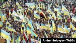 Київ, 30 вересня 1990 року. Мітинг Народного руху України, на якому закликали до виходу України зі складу СРСР. Окрім синьо-жовтих прапорів, майорять і червоно-чорні. Менші ніж через рік було проголошено Незалежність України