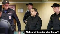 Підозрюваний у нападі в супроводі поліції прибуває до суду, Москва, Росія, 24 жовтня 2017 року