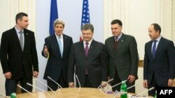 АҚШ мемлекеттік хатшысы Джон Керри Украина парламентінің депутаттарымен кездесу кезінде. Киев, 4 наурыз 2014 жыл.