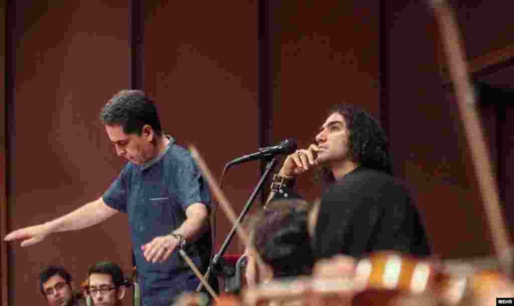 تمرین برای کنسرت «شب موسیقی متن فیلمهای مسعود کیمیایی»؛ رضا یردانی قرار است چند ترانه از فرهاد را اجرا کند. بهزاد عبدی هم رهبر ارکستر است.