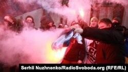 Участники нападения сжигают российский флаг, Киев, 17 февраля