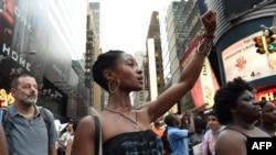 Протесты на Таймс-сквер в Нью-Йорке после гибели Элтона Стерлинга в Луизиане и Филандо Кастильи в Миннесоте. 7 июля 2016 года.