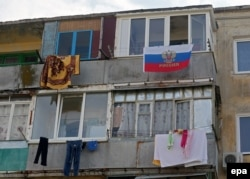 Российский флаг на балконе дома в Севастополе, 26 марта 2014 года