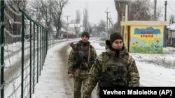 Украинские пограничники, патрулирующие территорию на границе с Россией. Меловое, 2 декабря 2018 года.
