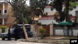Pjesëtarët e sigurisë së Pakistanit e ruajnë një objekt në Islamabad ku mendohet se mbahet familja e bin Ladenit
