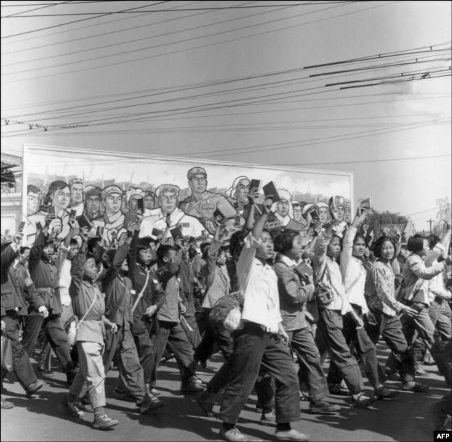 """Марш хунвейбинов в Пекине, с """"Цитатниками Мао"""" в руках. 1966 год"""