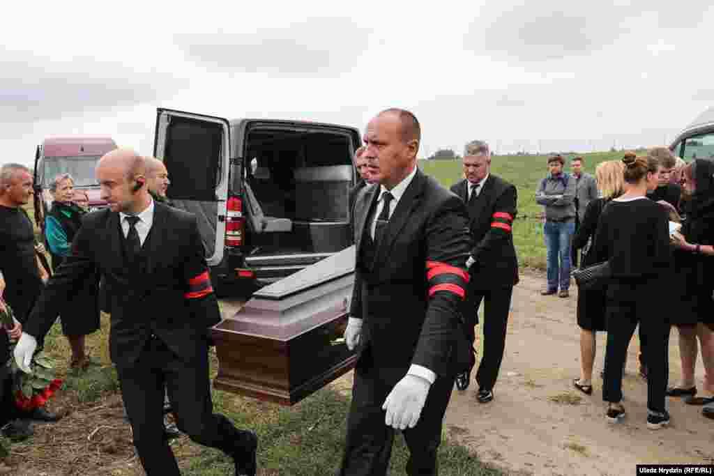 Алеся Ліпая пахавалі на могілках у Рудзенску, дзе пахаваныя ягоная маці і сястра.