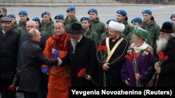 Путин с духовными лидерами у памятника Минину и Пожарскому, ноябрь 2019 г.