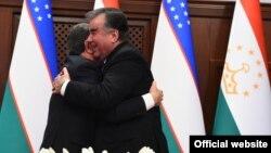 Эмомали Рахмон и Шавкат Мирзияев после подписания межгосударственных соглашений. Душанбе, 9 марта 2018 года