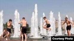 Российские дети самостоятельно могут решить для себя проблему жары. Взрослым же гражданам России необходима сиеста, полагает главный санитарный врач РФ.