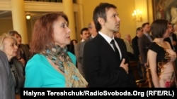 Святослав Вакарчук разом із мамою під час церемонії нагородження «Львів'янина року» і «Почесного громадянина міста». Львів, 1 травня 2015 року