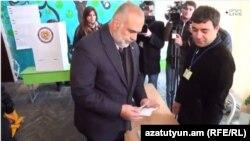 Րաֆֆի Հովհաննիսյանը պատռում է քվեաթերթիկով ծրարը