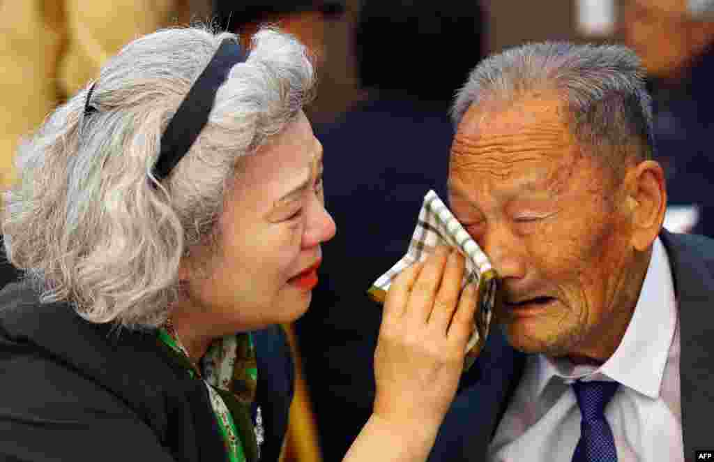 South Korean Lee Jeong-suk (left), 68, wipes the tears of her North Korean father, Ri Heung Jong, 88, as they bid farewell following their three-day separated-family reunion meeting at the Mount Kumgang resort, North Korea, on October 22. (AFP/Yonhap)