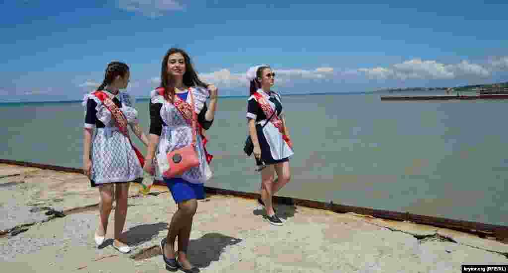 Травень 2017 року. У випускників сільських шкіл Альмінської долини в Бахчисарайському районі є давня традиція приїжджати в день останнього дзвоника в курортне приморське село Піщане