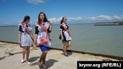 Выпускники крымских школ на пляже в поселке Песчаное. 25 мая 2017 года