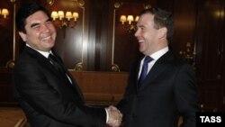 Түркіменстан президенті Гурбангулы Бердімұхамедов (сол жақта) және Ресей президенті Дмитрийй Медведев. 23 желтоқсан 2011 жыл. (Көрнекі сурет)