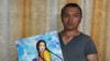 Дархан Бегайдаров өзі салған суретті көрсетіп тұр. Суретішінің жеке архивіндегі фото.