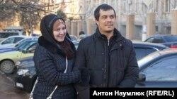 Адвокат Эмиль Курбединов (оң жақта) абақтыдан босап шыққаннан кейін. Симферополь, Қырым, 5 ақпан 2017 жыл.