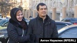 Адвокат Эмиль Курбединов с супругой после выхода из СИЗО