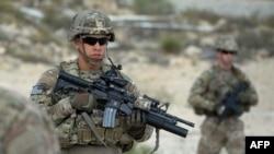 د امریکا د هغه مهال ولسمشر جورج ډبیلو بوش و، یو لک او څلوېښت زره بهرني سرتېري چې یو لک یې امریکایان وو افغانستان ته راغلل.