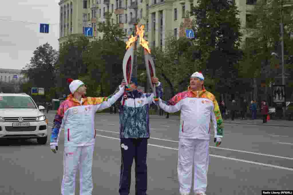 Зажжённый29 сентябряв Греции олимпийский огонь 7 октября доставлен в Москву, откуда стартовала эстафета огня по городам России. Она завершится 7 февраля зажжением чаши на церемонии открытия зимних Олимпийских игр в Сочи.