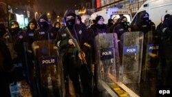 Турецька поліція біля клубу Reina в Стамбулі, де відбувся збройний напад, Стамбул, Туреччина, 1 січня 2017 року