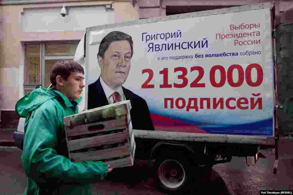 Остальные коробки с подписями за Михаила Прохорова разгрузили рабочие.