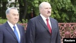 Президент Беларуси Александр Лукашенко (справа) и президент Казахстана Нурсултан Назарбаев. Минск, май 2012 года.