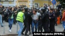 Задержание во время полицейского разгона акции за честные выборы, Москва, 14 июля 2019 года.