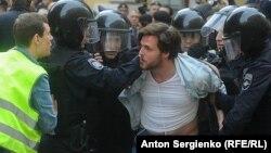 Задержание во время полицейского разгона акции за честные выборы, Москва, 14 июля 2019