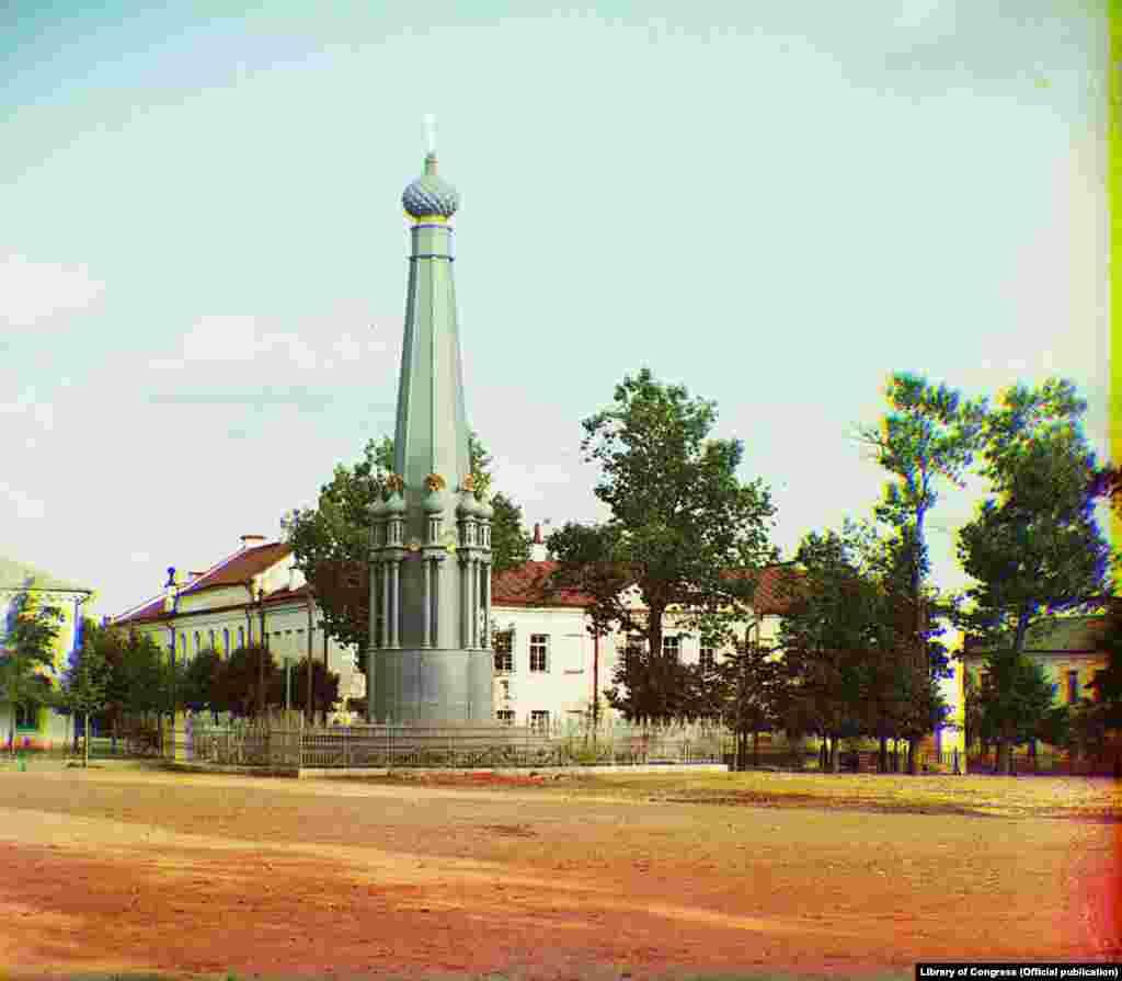 Полацак. Помнік вайне 1812 года на плошчы каля Мікалаеўскага сабора.