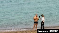 Аварійний пляж і білі лебеді: як Піщане готується до початку сезону (фотогалерея)