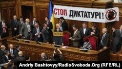 Опозиція блокує парламентську трибуну, Київ, 05 березня 2013 року