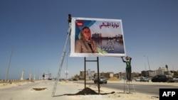Либија-работник поставува пропаганден изборен материјал