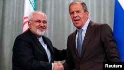 Iranian Foreign Minister Mohammad Javad Zarif (left) and Russian counterpart Sergei Lavrov shake hands at a news conference in Moscow on August 29.